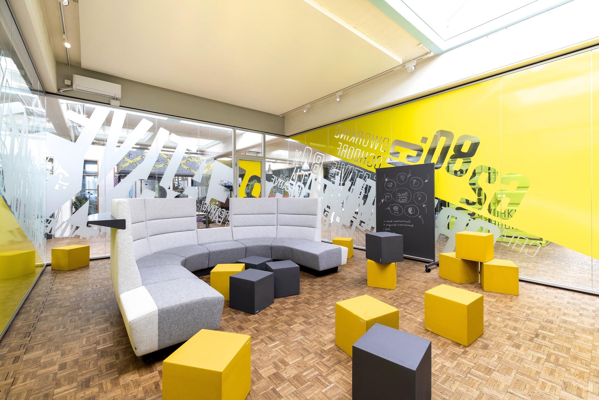 Màu vàng ấn tượng trong nội thất văn phòng