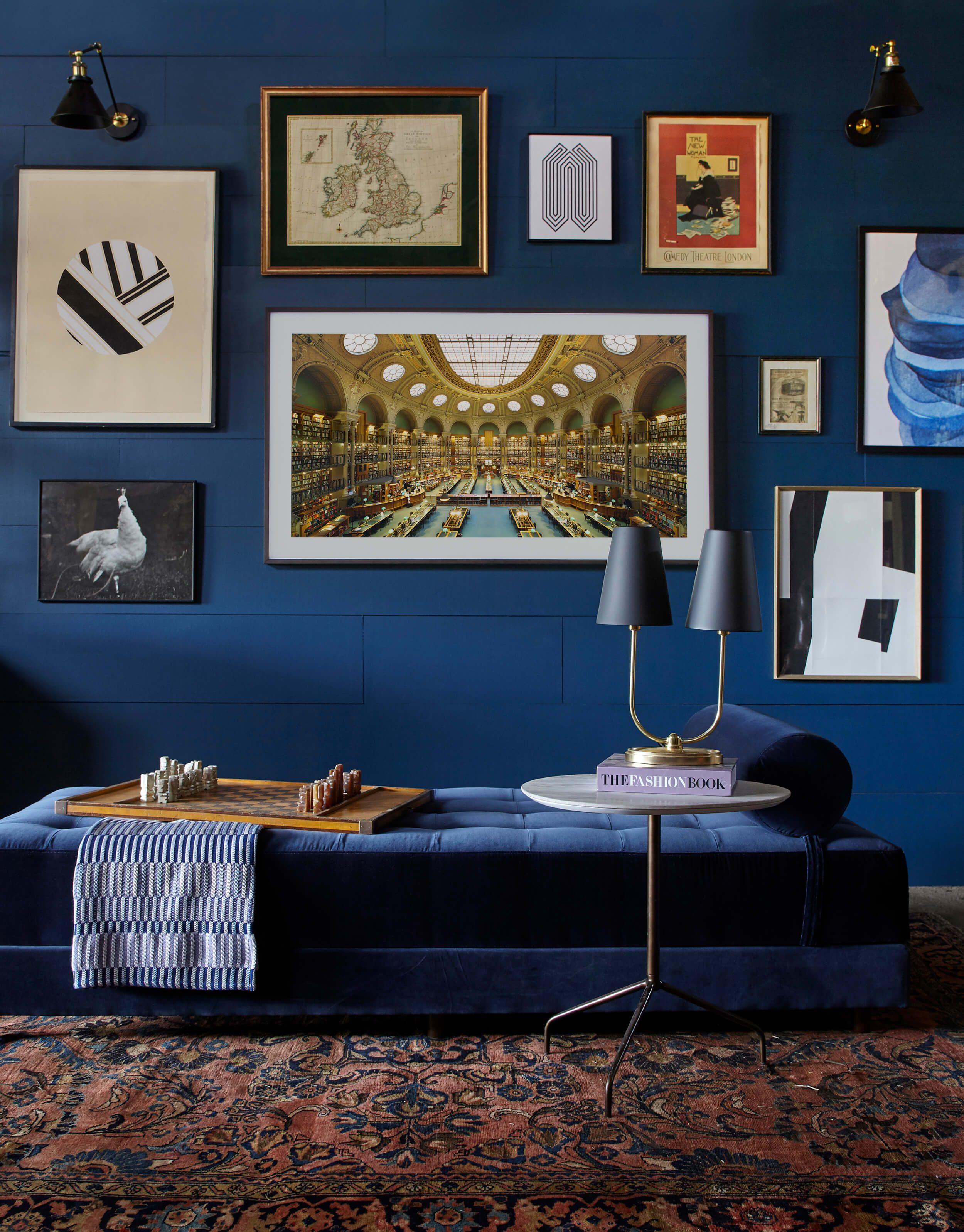 Màu xanh đậm gia tăng chiều sâu cho văn phòng làm việc