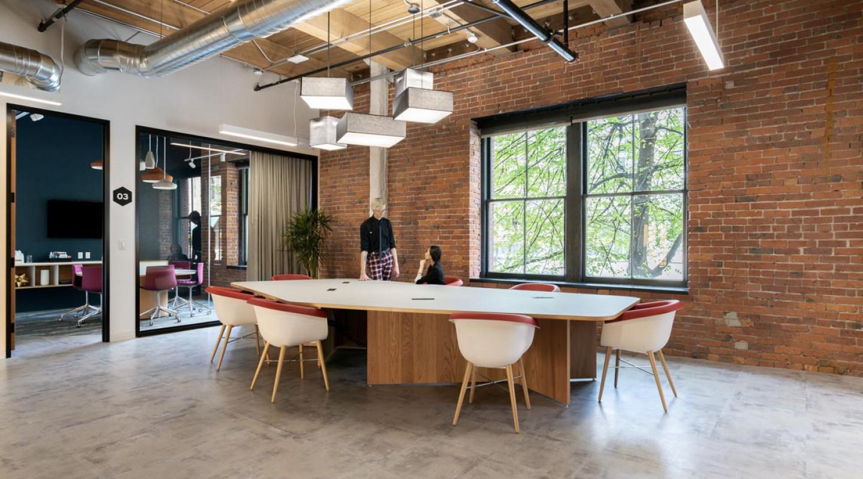 Màu xanh navy tạo nên sự tĩnh tâm thực sự trong không gian phòng họp nhỏ của coworking space.