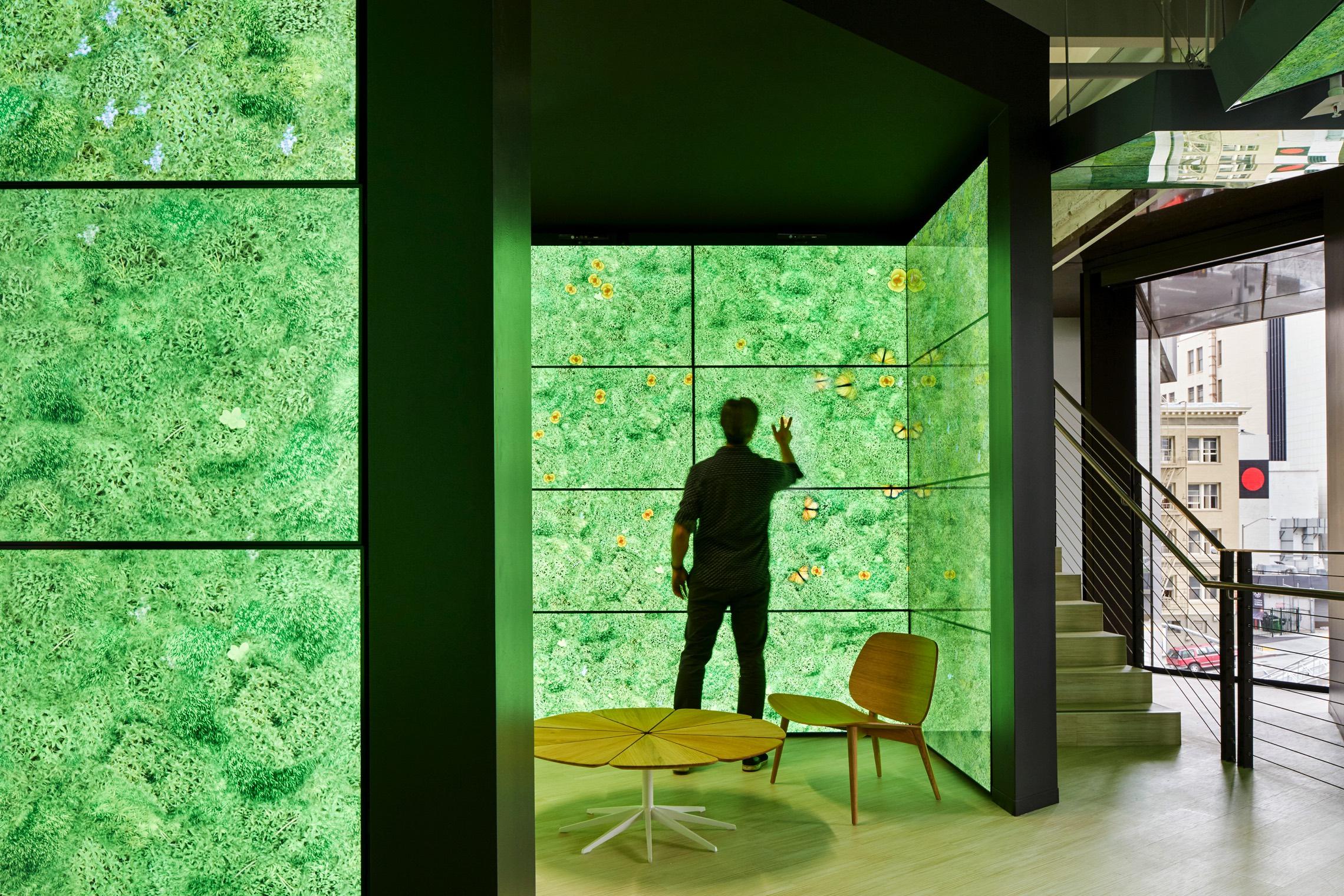 Thiết kế phòng tiếp khách trong văn phòng với màu xanh rêu khói