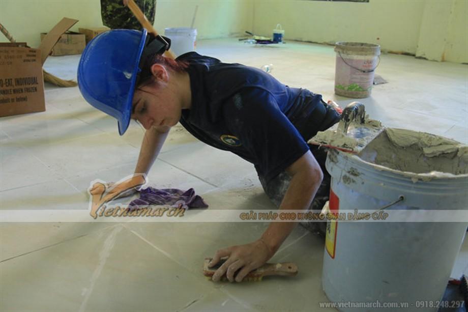 Làm sạch bề mặt nền sau khi lát