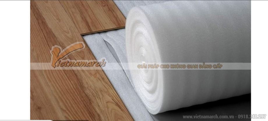 Trải lớp lót sàn trước khi lát sàn gỗ