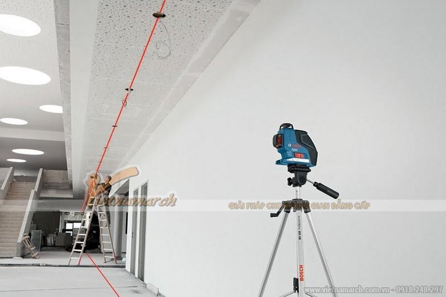 Xác định độ cao của trần nhà bằng máy laser