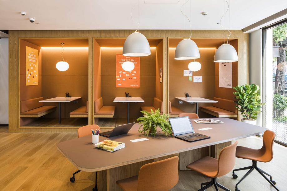 Không gian coworking theo lối thiết kế trang trọng tông màu ấm