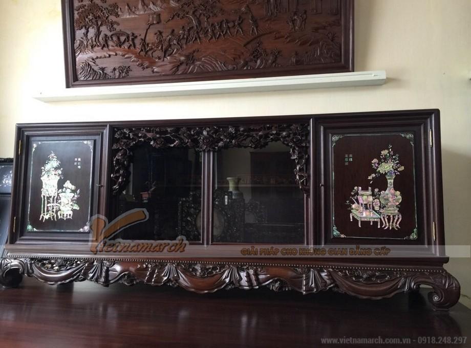 Tủ chè gỗ gụ có màu sắc nâu thẫm, hai bên cánh tủ khắc họa hình ảnh bình hoa.