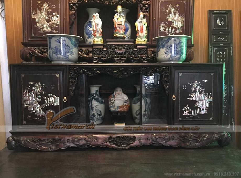 Phần giữa của tủ chè thường được bày các loại bình hoa, bình cổ để trang trí