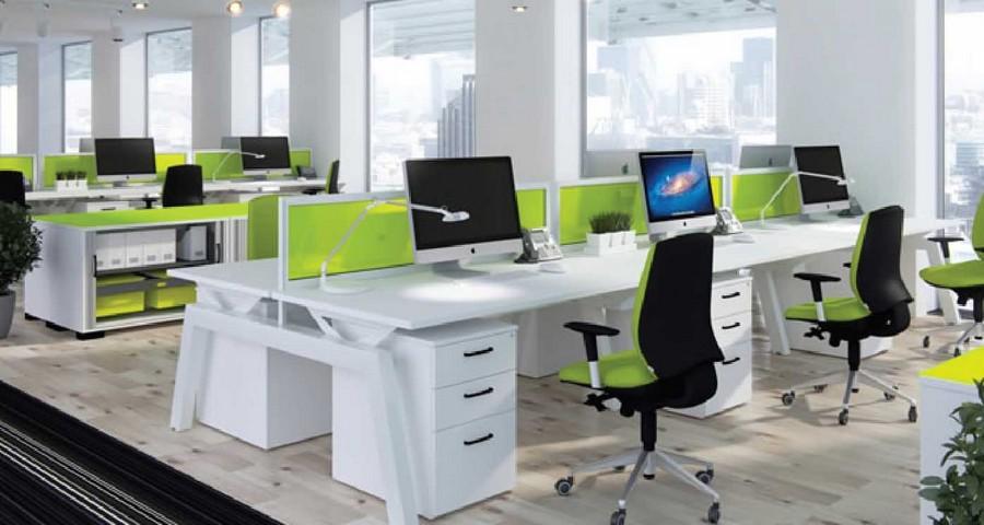 Hướng bàn làm việc trong văn phòng chứa bàn thờ treo tường ra sao