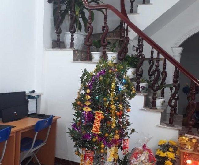 Bố trí bàn và ghế làm việc trong văn phòng có bàn thờ