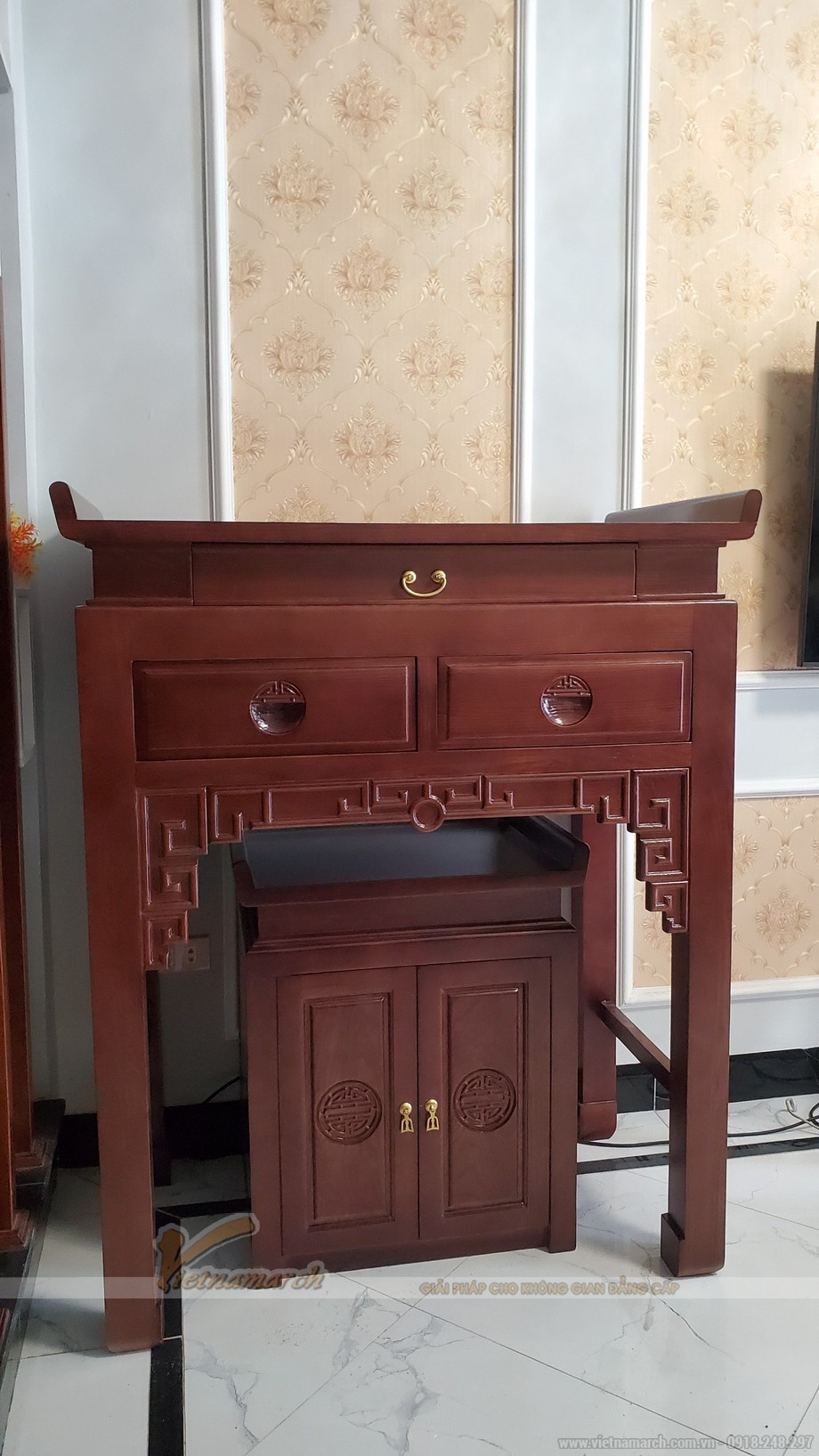 Lắp đặt bàn thờ đứng gỗ sồi màu óc chó kt 107x61x127 tại Hoài Đức – Hà Nội