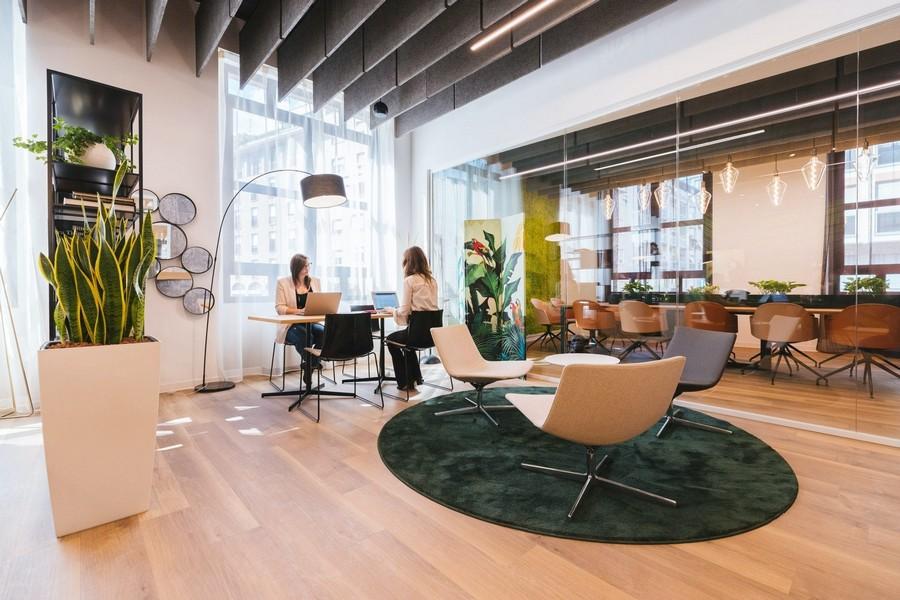 Thiết kế phòng làm việc công sở đưa yếu tố tự nhiên lên hàng đầu, đặc biệt là ánh sáng và cây xanh .