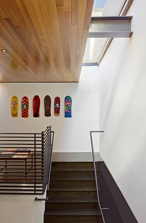 Hình ảnh độc đáo đáo khi bước chân lên tầng 2-ngay lối vào cầu thang.