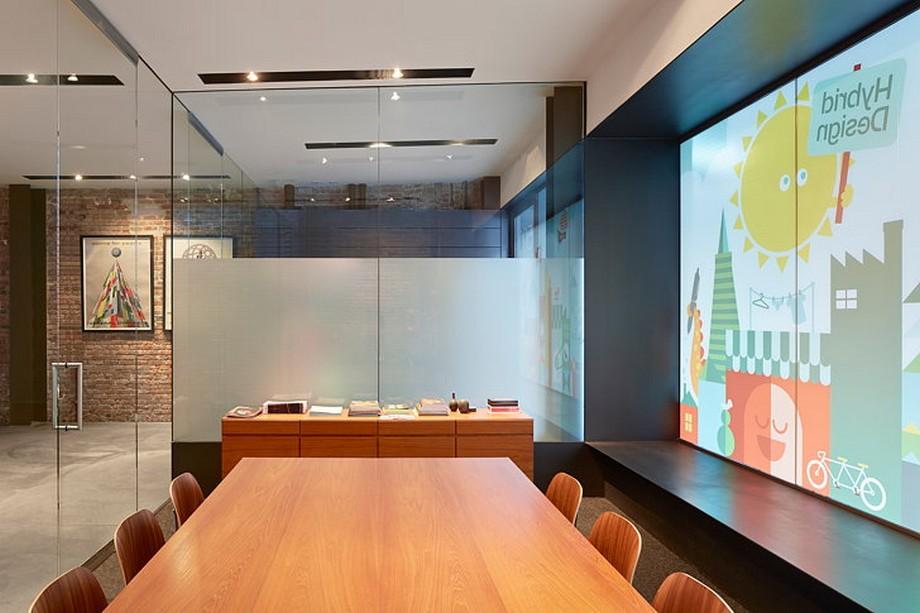 Khu vực phòng họp văn phòng với chiếc bàn khá lớn
