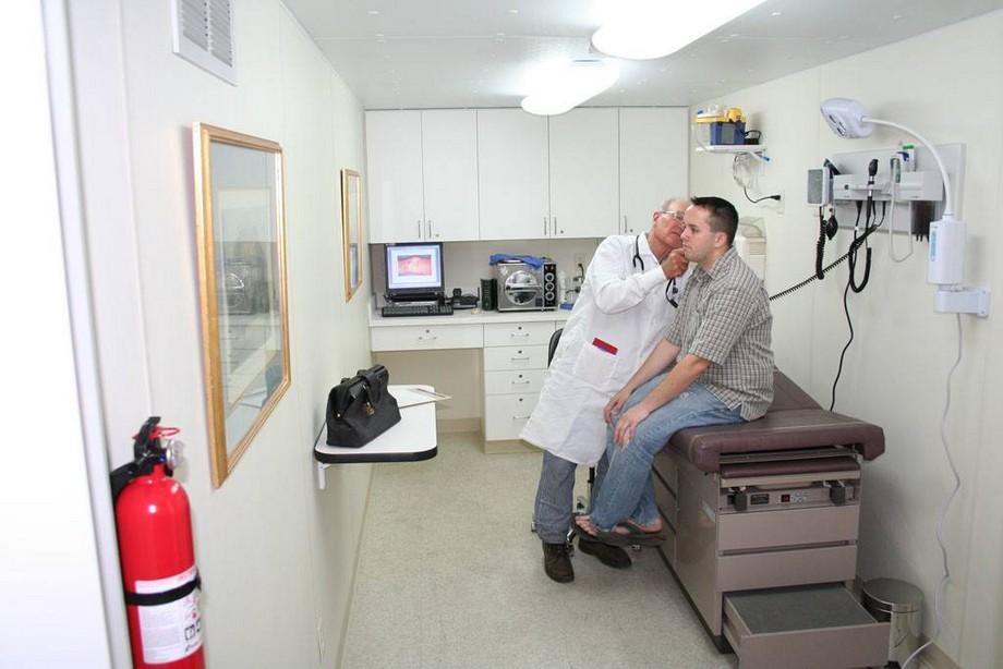 Phòng khám tổng quát, nghe tư vấn từ bác sĩ trong nhà container