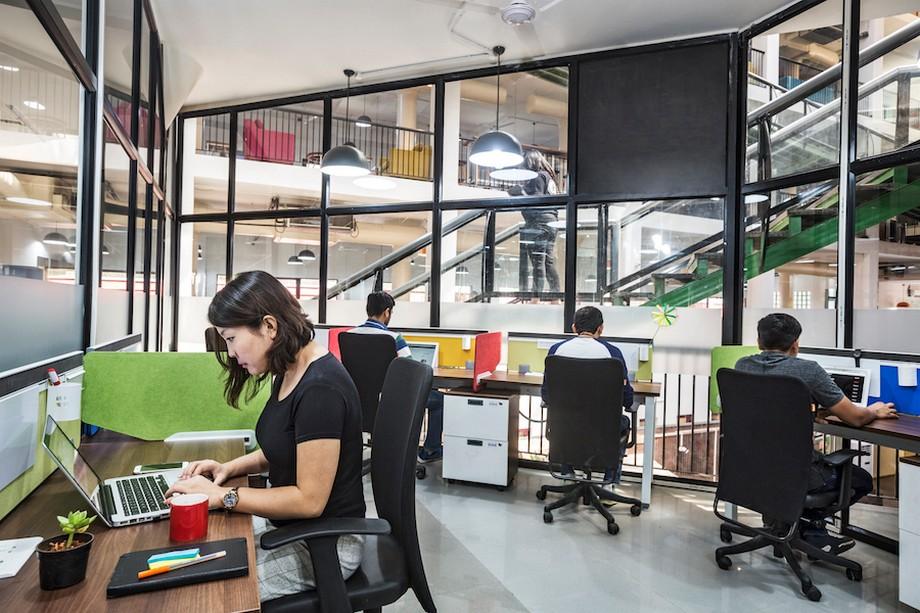 Diện tích văn phòng nhỏ 10m2 được bao quanh toàn bộ là kính trong veo