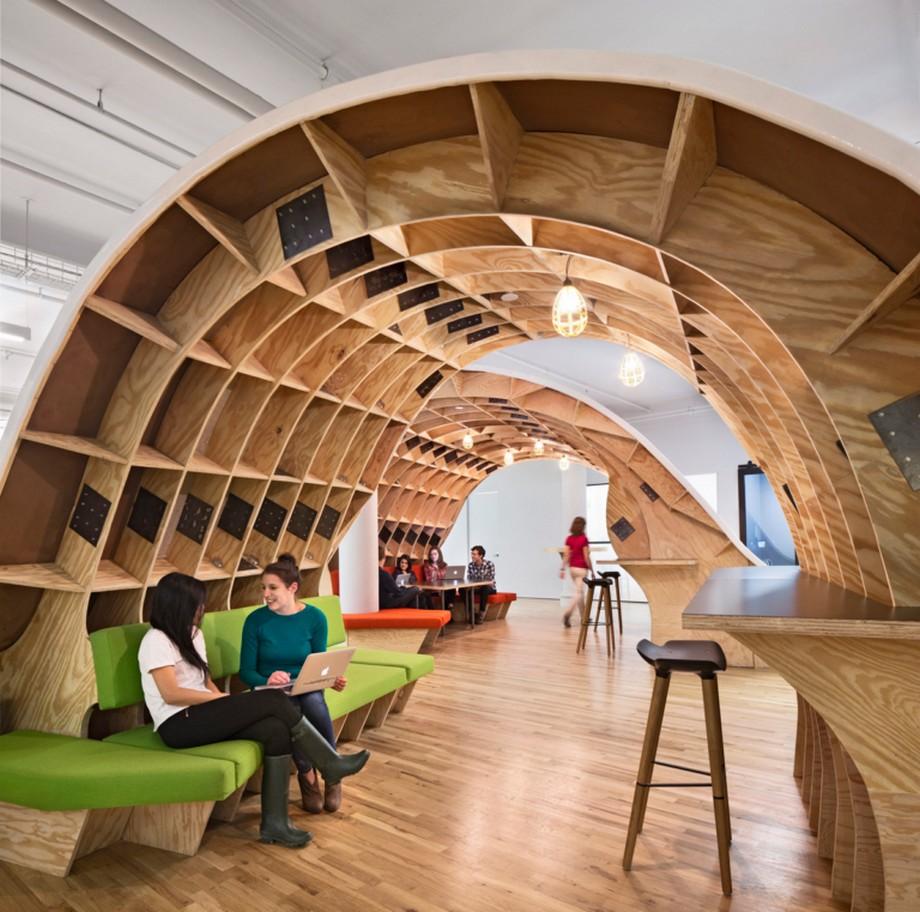 Màu vàng gỗ ấm áp là sắc màu chủ đạo trong thiết kế văn phòng này
