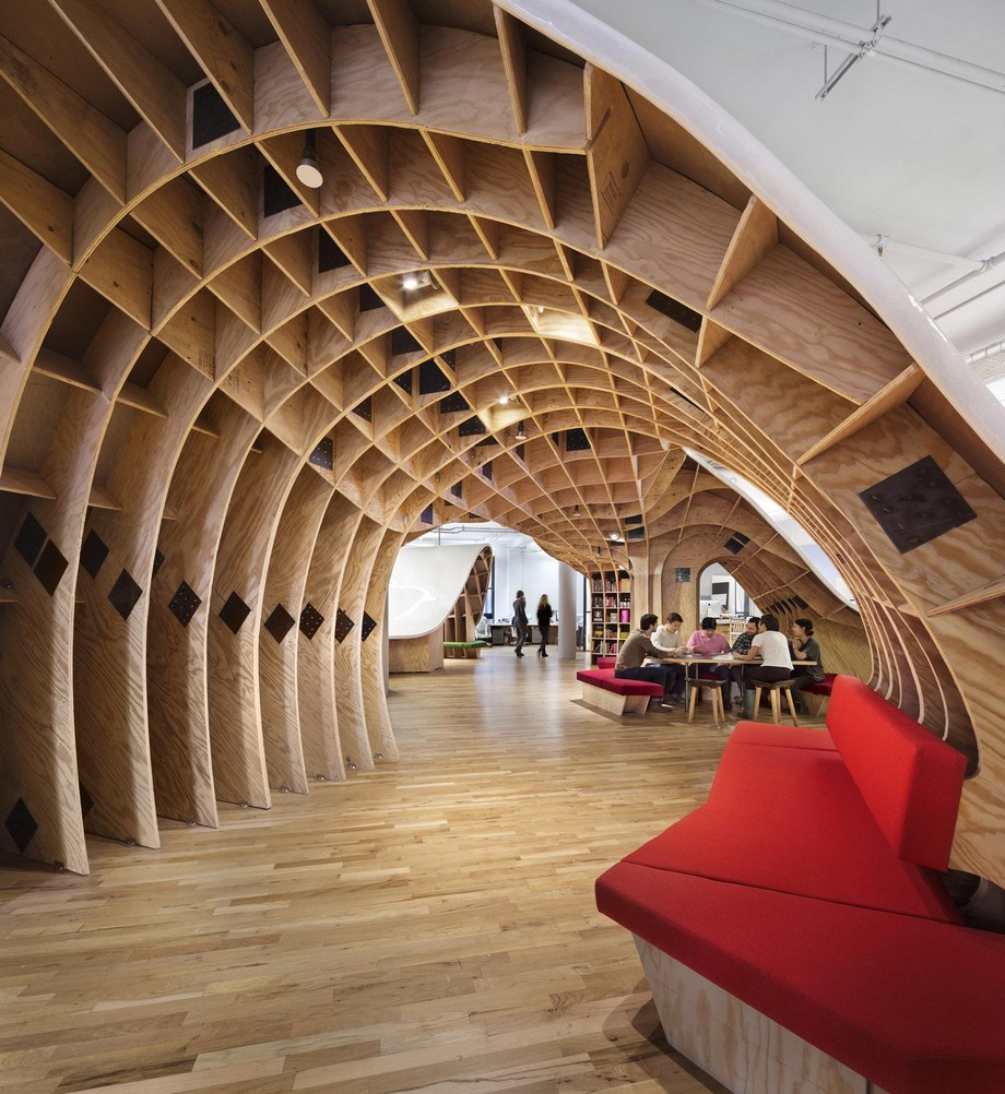 Từ dưới nhìn lên có thể thấy rõ được không gian ốp gỗ vô cùng đẹp mắt