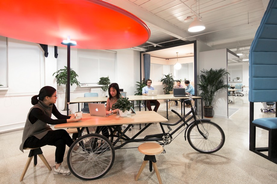 Chân bàn làm việc được tạo nên từ chiếc xe đạp 3 bánh độc đáo