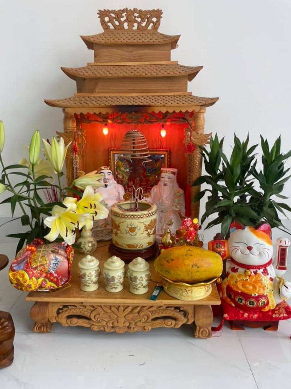 Bàn thờ thần tài đơn giản với chút hoa quả thành tâm
