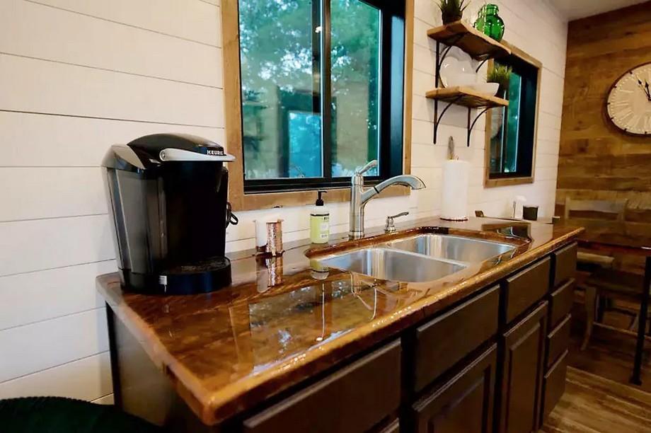 Cạnh bàn ăn là khu vực bồn rửa bát, lò vi sóng ...có thể tạo nên những bữa ăn ngon miệng.