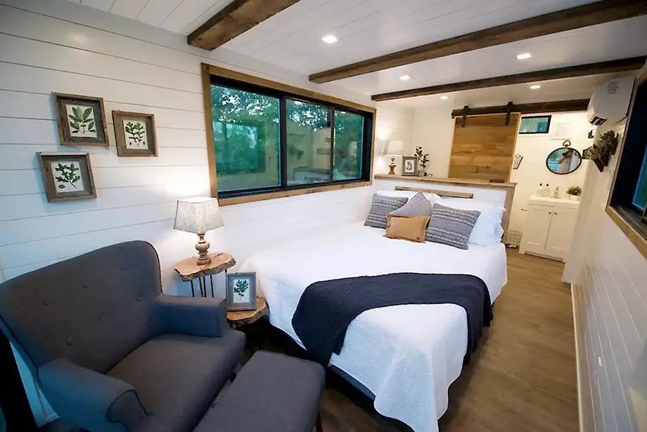 Phòng ngủ tầng 1 rộng thoáng đầy đủ nội thất