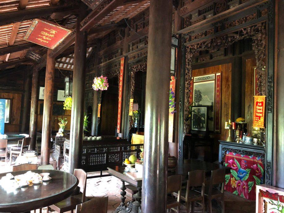 Nhà rường đặc trưng bởi hệ thống cột gỗ, vì kèo...
