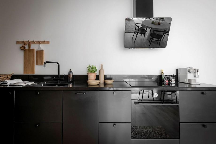 Những mảng tường thô mộc để lộ vết thời gian là điểm nhấn độc đáo cho không gian bếp thêm ấn tượng