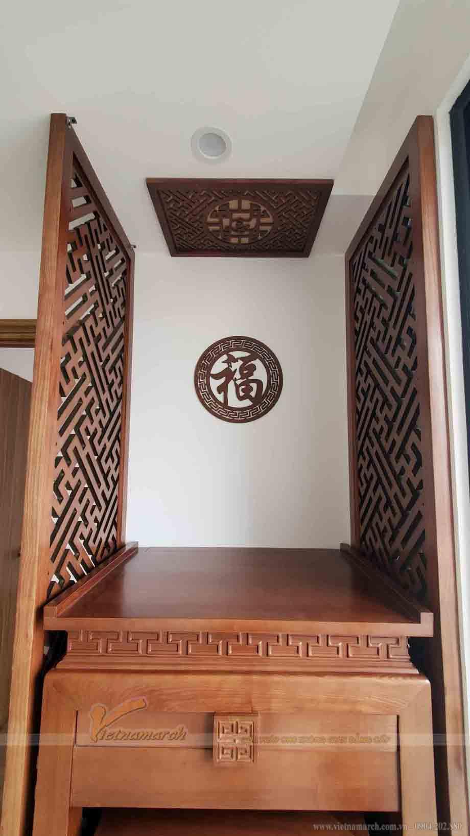 Mẫu bàn thờ đi kèm với tấm chắn ám khói kích thước lớn để có thể làm đúng công năng của nó .