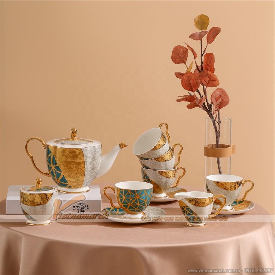 Bộ ấm trà phong cách quý tộc rất sang chảnh này đươc dát vàng 24K - đây thật sự là một tuyệt tác trà đạo.