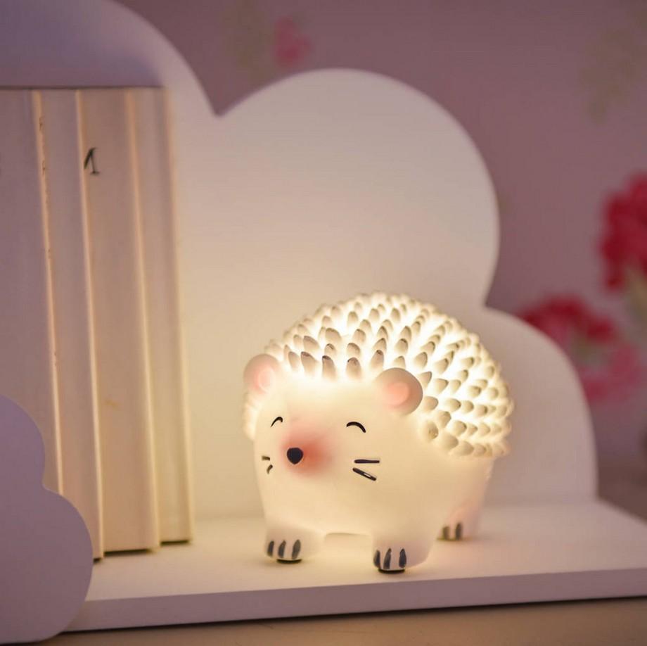 Đèn ngủ phòng trẻ em để bàn với cường độ ánh sáng dịu nhẹ phù hợp, trẻ sẽ dễ dàng đi vào giấc ngủ