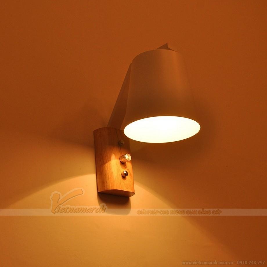 Đèn ngủ treo tường gỗ có thiết kế nhỏ gọn, có chao đèn