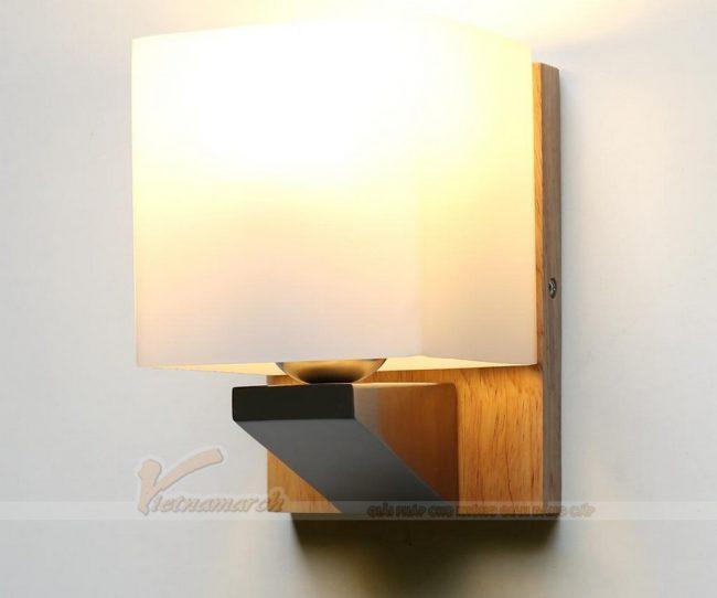 Đèn ngủ treo tường gỗ có thiết kế chao đèn hình vuông