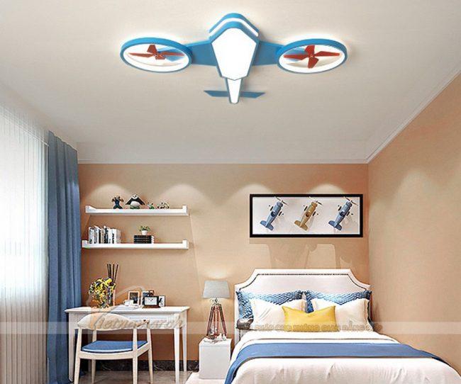 Có 3 loại chất liệu chính là nhựa, gỗ và kim loại được sử dụng cho đèn ốp trần trang trí
